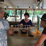 Thera van Schijndel achter de bar tijdens JdB-toernooi 2016