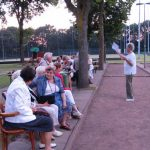 Miep Sikkema spreekt de boulers toe