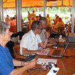 Miep Sikkema, Hilbert Kleis en Henk de Grooth achter de tafel van de organisatie