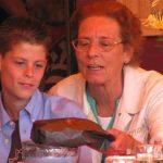 Annie Vissers met kleinzoon tijdens JdB-toernooi 2008